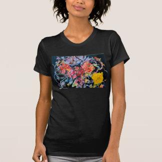 Flores de CMCarlson y camiseta del terciopelo