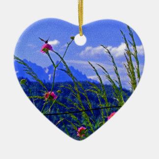 Flores de la montaña adorno navideño de cerámica en forma de corazón