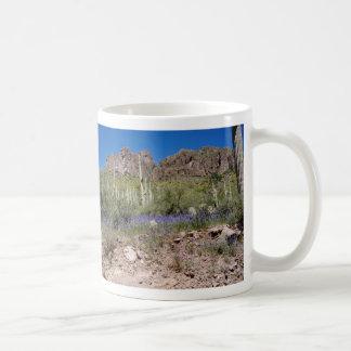 Flores de la primavera en las montañas de la super tazas de café