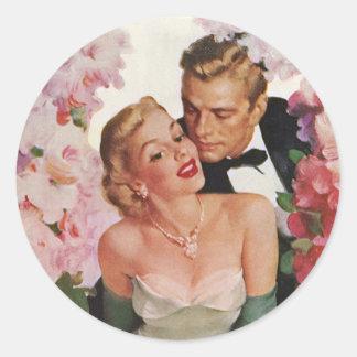 Flores de los recienes casados del novio de la pegatina redonda