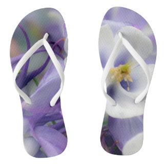 Flores del color de la orquídea chanclas