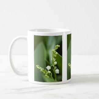 Flores del lirio de los valles taza de café