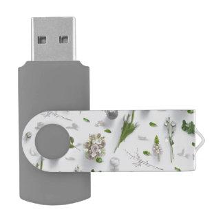 Flores dispersadas blancas memoria USB