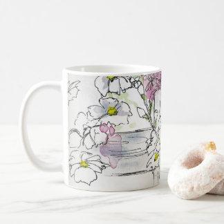 Flores en la taza de café de las vallas de estacas