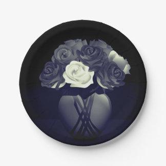 Flores en las placas de papel del florero del plato de papel