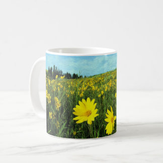 Flores en un campo taza de café
