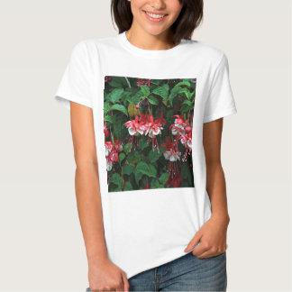 Flores fucsias rojas y blancas en la floración en camisetas