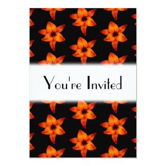 Flores naranja-rojas del lirio en negro invitación 12,7 x 17,8 cm