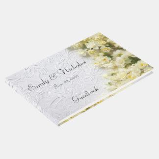 Flores pálidas del narciso en textura libro de visitas