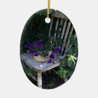 Flores púrpuras de la petunia en silla de jardín ornamentos para reyes magos