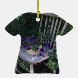 Flores púrpuras de la petunia en silla de jardín ornamento de navidad