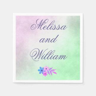 Flores púrpuras y pergamino verde del boda servilleta desechable