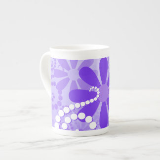 Flores retras florales púrpuras femeninas taza de porcelana