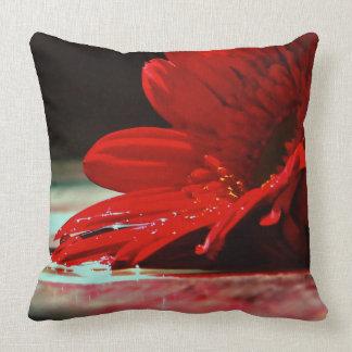 Flores rojas del Gerbera de la margarita Cojín Decorativo