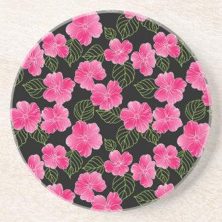 Flores rosadas brillantes brillantes con las hojas portavasos