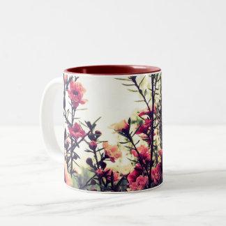 Flores rosadas delicadas taza bicolor