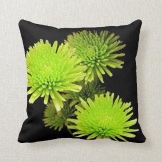 Flores verdes en la almohada negra