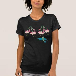 FLORES y COLIBRÍ FUCSIAS de SHARON SHARPE Camiseta