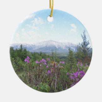Flores y la montaña adorno navideño redondo de cerámica