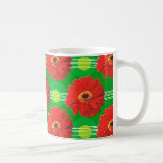 Flores y modelo de lunares rojos en verde tazas de café