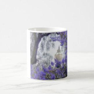 Flores y una lámpara mágica taza básica blanca