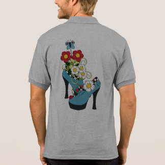 Flores, zapatos retros del tacón alto y mariposa polo