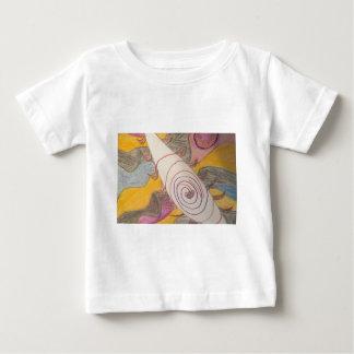 Flotación en el vacío del arco iris camiseta de bebé