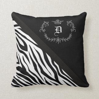 Flourish personalizado de la corona del negro de cojín decorativo
