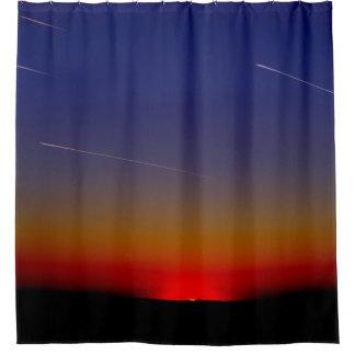 fluir los jets a través del cielo en la puesta del