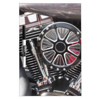 Fondo cromado motocicleta del detalle del motor pizarra blanca