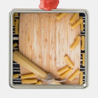 Fondo de la comida con espaguetis y pastas finos adorno de cerámica