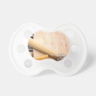 Fondo de la comida del primer en la tabla de chupete de bebé
