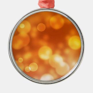 Fondo de oro del bokeh de las luces anaranjadas adorno navideño redondo de metal
