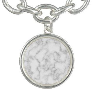 Fondo de piedra veteado de mármol del blanco gris pulseras con dijer