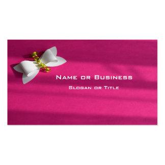 Fondo rosado con un arco blanco tarjetas de visita