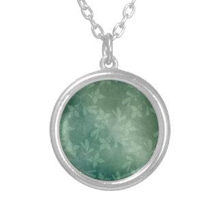 Fondo verde collar plateado