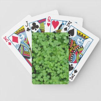 Fondo verde irlandés del trébol del trébol baraja de cartas bicycle