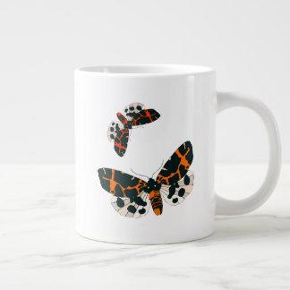 Formación de las polillas del leopardo en vuelo taza de café grande