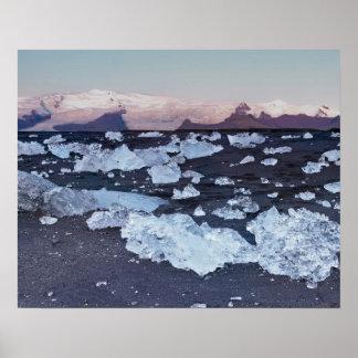 Formación del iceberg en la playa póster