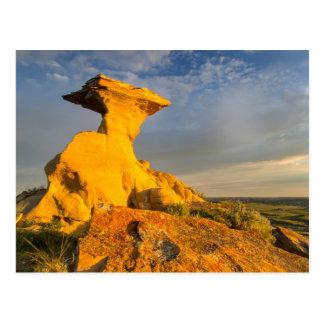 Formación esculpida de los Badlands en hierba Postal
