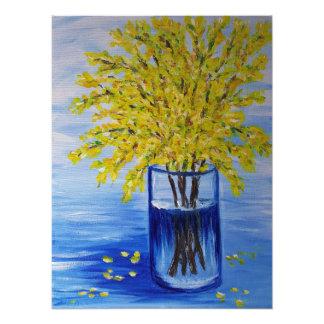 Forsythia en un florero azul cojinete