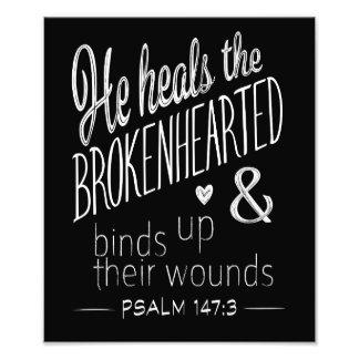 Foto 147:3 del salmo él cura el Brokenhearted