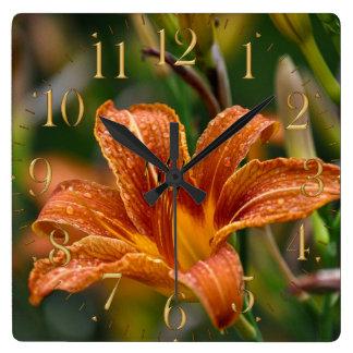 Foto anaranjada del Daylily y de la flor de las go Relojes De Pared