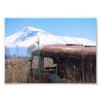 Foto Autobús viejo y oxidado con el monte Ararat