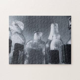 Foto blanco y negro de botellas de cristal puzzle