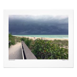 Foto Cielo tempestuoso sobre el mar de la aguamarina