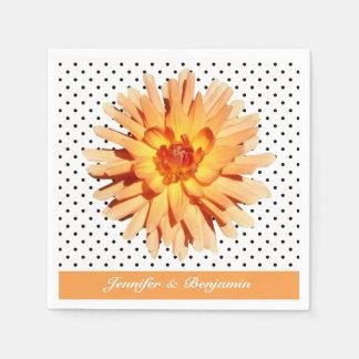 Foto de la flor de la dalia en los lunares servilletas de papel