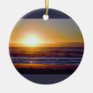 Foto de la salida del sol del océano adorno navideño redondo de cerámica