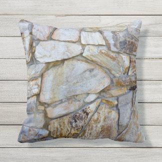 Foto de la textura de la pared de la roca en cojín decorativo
