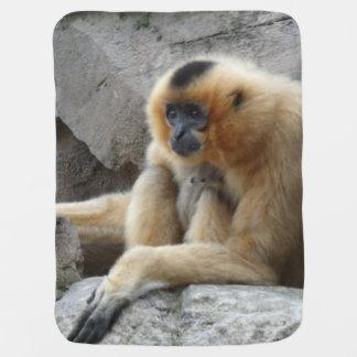 Foto del Gibbon anaranjado y negro que se relaja Mantita Para Bebé